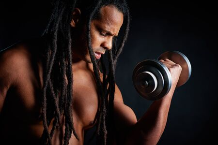 seins nus: Topless jeune athl�te avec des dreadlocks exercice avec barbell Banque d'images