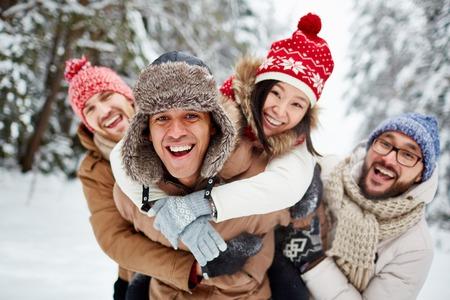 personas unidas: Euf�rico amigos que se divierten en el parque de invierno
