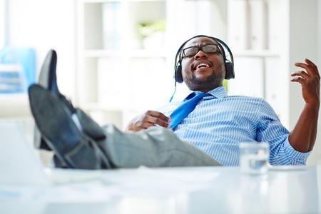 사무실에서 헤드폰으로 음악을 듣고 사업가 스톡 콘텐츠