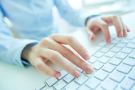 El pulsar femenino de oficinista en el teclado Foto de archivo - 48436412