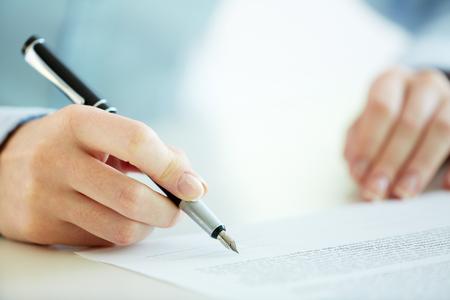 kugelschreiber: Business Arbeiter der Unterzeichnung des Vertrages, einen Deal zu schließen,