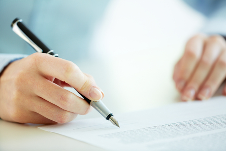 cuadro sinoptico: Trabajador de negocios que firma el contrato para la conclusión de un acuerdo Foto de archivo