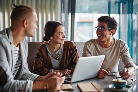 gente comunicandose: La gente de negocios que se comunican en un café