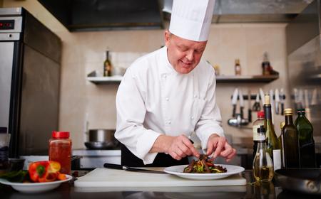 cocineros: Cocinar ensalada de decoración en el restaurante
