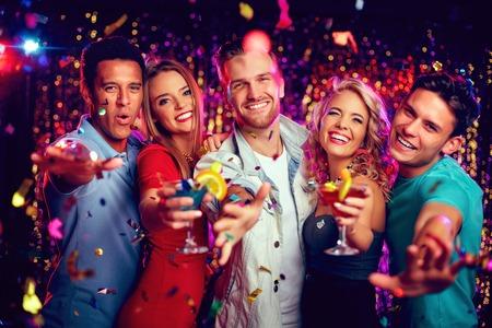 cocteles: Chicos y chicas alegres con c�cteles que tienen fiesta