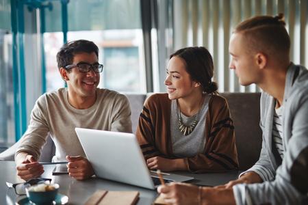 Happy friends talking in cafe 스톡 콘텐츠