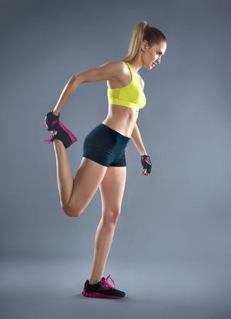 ropa deportiva: Muchacha bonita en el deporte-desgaste ejercicio en el gimnasio Foto de archivo