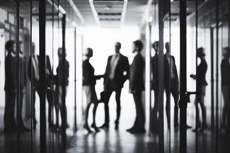 Zwart-wit beeld van mensen uit het bedrijfsleven op het kantoor