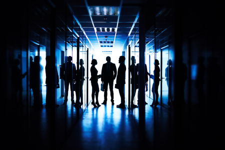 gente comunicandose: La gente de negocios se comunican entre sí en el pasillo de la oficina