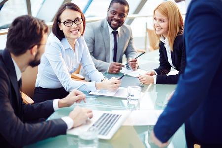 reunion de trabajo: Equipo de negocios discutir juntos los planes de negocio