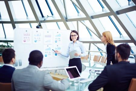 Üzleti csapat megbeszélése új slágerlistákon konferencia