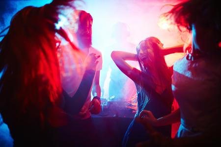 люди: Молодые люди, танцующие в ночном клубе