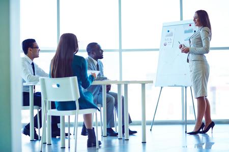 reuniones empresariales: Empresaria que presenta nuevo proyecto a los socios