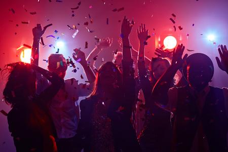 Los jóvenes bailando en club nocturno