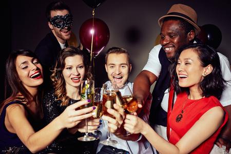 grupo de hombres: Gente alegre tintineo con flautas de champán