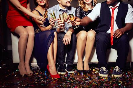 Groupe d'amis tinter avec du champagne