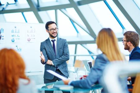 ejecutivos: Hombre de negocios asiático de pie junto a la pizarra durante la presentación