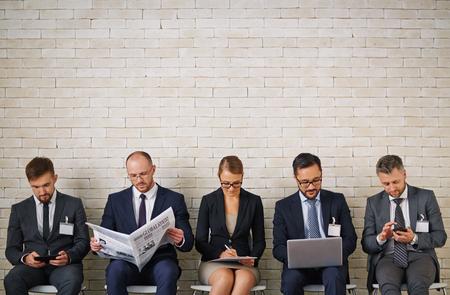 job: Los jóvenes elegantes que esperan su turno para entrevistar