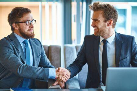 Fiatal üzletemberek kézfogás után tárgyalás Stock fotó