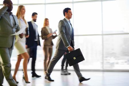 복도에서 산책하는 사업 사람들의 그룹