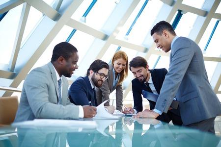 profesionistas: Grupo de hombres de negocios que trabajan en equipo en la tabla Foto de archivo