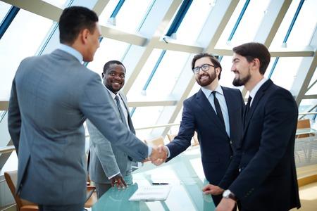 dando la mano: Los hombres de negocios dándose la mano para confirmar un acuerdo Foto de archivo