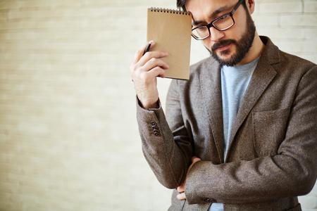 jornada de trabajo: Hombre de negocios asi�tico con la libreta pensando en plan para d�as de trabajo