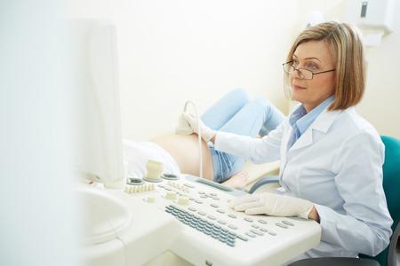 超音波検査をする病院で妊娠中の女性医師