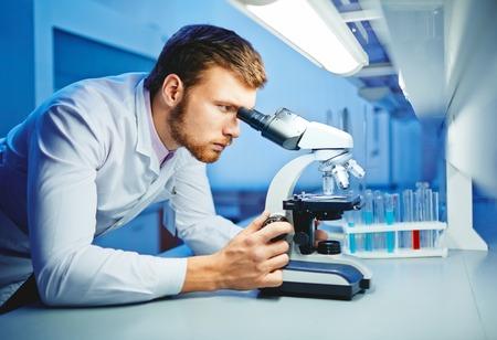 investigador cientifico: Científico moderno estudio de nuevos virus en laboratorio Foto de archivo