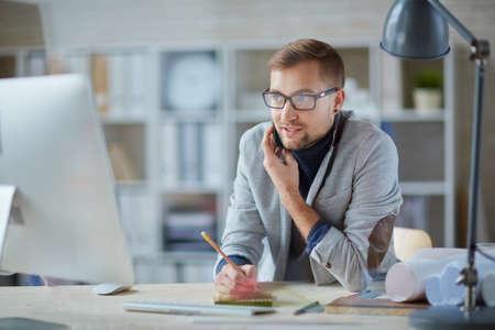 arquitecto: Ingeniero moderno hablando por móvil en el lugar de trabajo