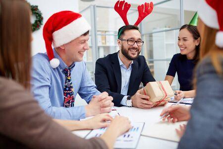 gente comunicandose: La gente de negocios que se comunican en la reunión de Navidad Foto de archivo