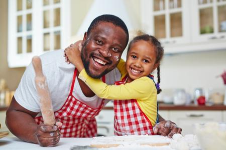 pasteles: Padre alegre y su hija cocinar repostería casera