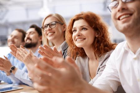 congratulations: Equipo de negocios feliz aplaudiendo en la conferencia