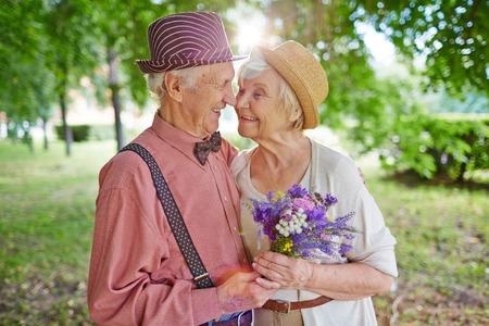 Heureux couple de personnes âgées dans l'amour profiter journée d'été ensemble
