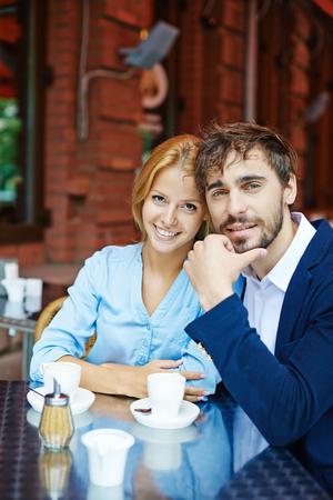 femme romantique: Jeune couple ayant une date dans un caf�
