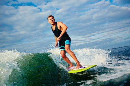 granola: Surfista joven que coge una onda grande