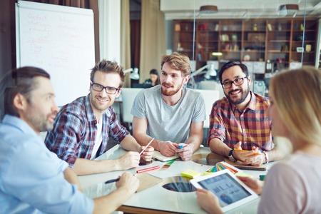 gerente: Grupo de los empleados modernos discutir sus ideas de trabajo