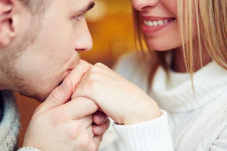 hombres besandose: Individuo mano besos de su novia