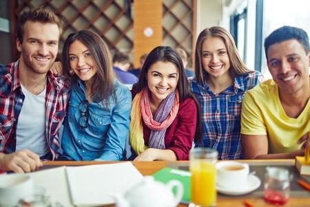 grupos de personas: Chicos de amistad ya las niñas se sientan en café