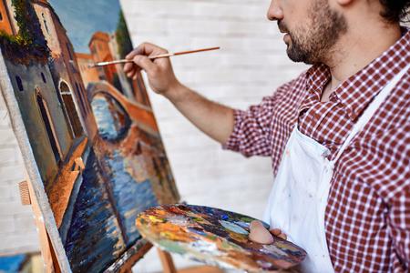 HOMBRE PINTANDO: Moderno paisaje pintura artista con oilpaints Foto de archivo