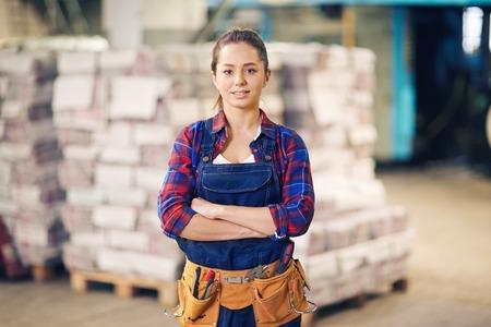 mujer trabajadora: trabajador manual de pie en el almacén Foto de archivo