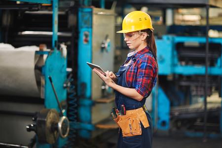 Manufacturing werknemer met behulp van digitale tablet op het werk