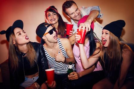 the party: Adolescentes felices que se divierten durante una fiesta