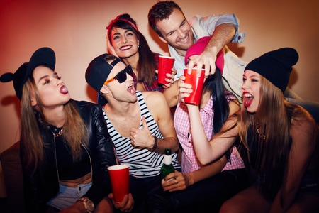 Gelukkige tieners plezier tijdens een feestje