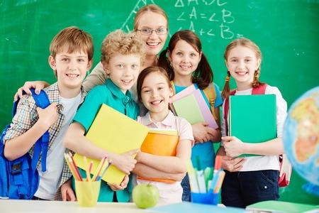 Schoolkinderen in de klas met leraar Stockfoto