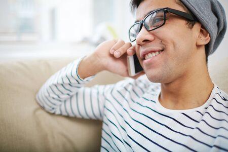 visage homme: Beau mec parlant au t�l�phone cellulaire
