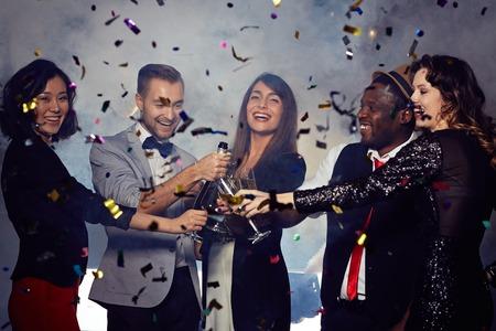 Allegri amici brindare con champagne a Capodanno partito Archivio Fotografico - 50673258