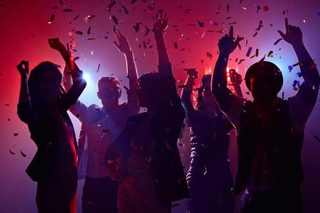celebration: pessoas do partido que têm o divertimento no clube nocturno