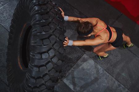 Femme forte sportive pneu retournement