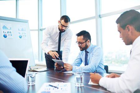 Les jeunes hommes d'affaires dans le bureau d'analyse des données